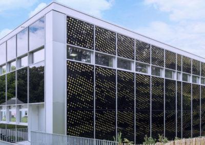 """Façades Nord et Ouest, Centre sportif de la Vallée de la Jeunesse, CSVJ, assainissement énergétique d'un bâtiment construit selon le système """"CROCS"""" à Lausanne."""