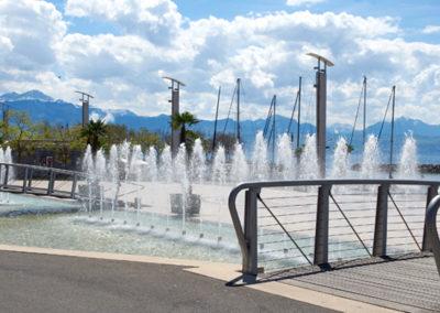 Aménagement de la place de la Navigation à Lausanne-Ouchy. Espace polyvalent avec bassins, jets d'eau modulables et création mobilier urbain.